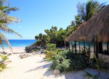Playa de la choza del palapa de las palmeras del coco Imagenes de archivo