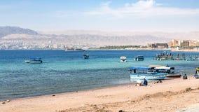 Playa de la ciudad de Aqaba y vista de Eilat en fondo Imágenes de archivo libres de regalías
