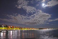 Playa de la ciudad de Salónica Grecia por noche imagen de archivo libre de regalías