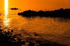 Playa de la ciudad del verano en la puesta del sol Fotografía de archivo