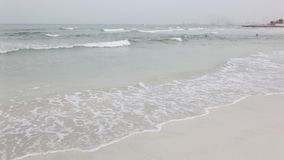 Playa de la ciudad en un día nublado almacen de metraje de vídeo