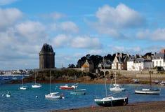 Playa de la ciudad y torre de Solidor en Saint Malo Imágenes de archivo libres de regalías