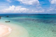 Playa de la isla coralina imagen de archivo libre de regalías