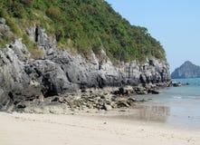 Playa de la isla de la piedra caliza en la bahía del mar Imagen de archivo libre de regalías