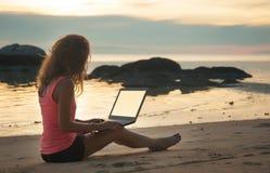 Playa de la muchacha del ordenador portátil independiente fotografía de archivo libre de regalías