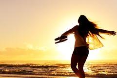 Playa de la mujer de la silueta Foto de archivo