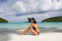 Playa de la mujer elegante Imagen de archivo libre de regalías