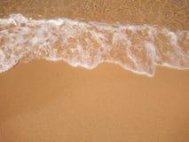 Playa de la onda y de la arena Fotos de archivo