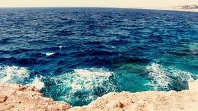 Playa de la orilla con la agua de mar de la turquesa metrajes