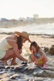 Playa de la pesca de la hija de la madre imágenes de archivo libres de regalías