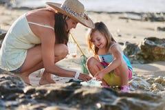 Playa de la pesca de la hija de la madre foto de archivo