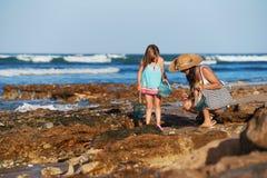 Playa de la pesca de la hija de la madre fotos de archivo