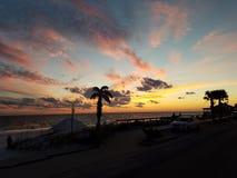 Playa de la puesta del sol imagenes de archivo