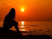 Playa de la puesta del sol de la mujer. Foto de archivo