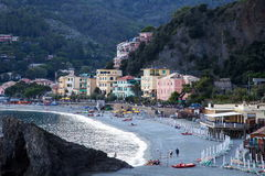 Playa de la puesta del sol de Monterosso fotos de archivo libres de regalías