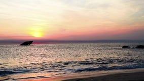 Playa de la puesta del sol y los SS hundidos atl?nticos en la puesta del sol en primavera temprana con la luz viva caliente - pun metrajes