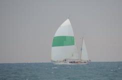 Playa de la roca con el barco y el océano fotografía de archivo