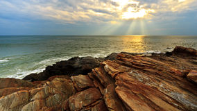 Playa de la roca en puesta del sol Fotografía de archivo libre de regalías
