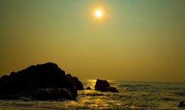 Playa de la salida del sol de la madrugada foto de archivo