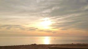 Playa de la salida del sol POV que camina en la playa Primera persona tirada de salida del sol del mar almacen de metraje de vídeo