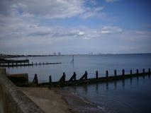 Playa de la tabla con el mar tranquilo y los rompeolas Fotos de archivo libres de regalías
