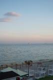 Playa de la tarde en la ciudad de vacaciones Fotos de archivo