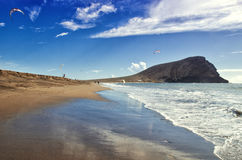 Playa de la Tejita Surfistas do papagaio na praia do oceano de Tenerife Ilhas Canárias de Tenerife, Espanha Imagens de Stock