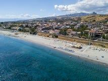 Playa de la visión aérea y mar de la salvedad de Oporto de los di de Melito del ‹del †del ‹del â€, Calabria Italia fotos de archivo libres de regalías
