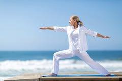 Playa de la yoga de la mujer imagen de archivo