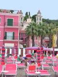 Playa de Laigueglia cerca de la iglesia de San Matteo fotografía de archivo
