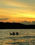 Playa de Langkawi. Kajak/canoa en la puesta del sol Foto de archivo