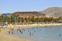 Playa De Las Americas sätter på land turister på stranden som tycker om set Royaltyfri Foto