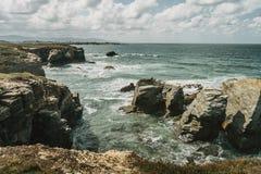Playa de las catedrales con las piedras grandes de Ribadeo, España fotos de archivo