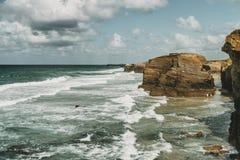 Playa de las catedrales con las piedras grandes de Ribadeo, España imagen de archivo