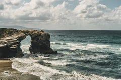 Playa de las catedrales con las piedras grandes de Ribadeo, España foto de archivo