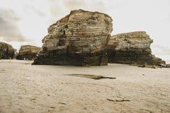 Playa de las catedrales con las piedras grandes de Ribadeo, España imágenes de archivo libres de regalías