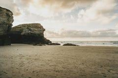 Playa de las catedrales con las piedras grandes de Ribadeo, España foto de archivo libre de regalías