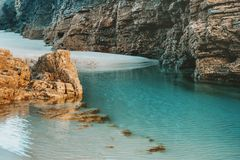 Playa de las catedrales con las piedras grandes de Ribadeo, España Imagenes de archivo