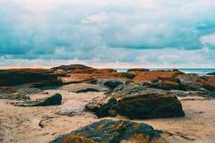 Playa de las catedrales con las piedras grandes de Ribadeo, España fotografía de archivo libre de regalías