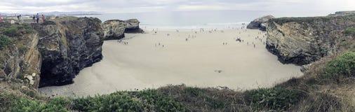Playa de las catedrales Del interés turístico internacional es el fuerte aumento y la caída de las mareas en la playa de las cate fotos de archivo libres de regalías