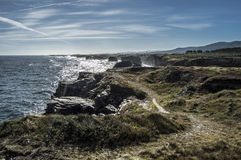 Playa de las catedrales en la alta marea foto de archivo