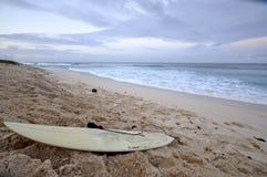 Playa de las personas que practica surf Imagenes de archivo
