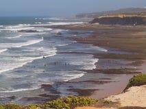 PLAYA DE LAS PERSONAS QUE PRACTICA SURF DE ERICEIRA Imagen de archivo libre de regalías