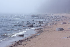 Playa de las piedras en la niebla Fotos de archivo libres de regalías