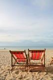 Playa de las sillas de los pares en la playa Fotografía de archivo libre de regalías