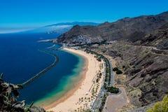 Playa de Las Teresitas cerca de Santa Cruz de Tenerife fotografía de archivo
