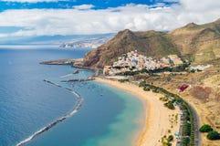 Playa de las Teresitas strand och San Andres by, Tenerife Arkivbild