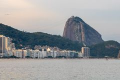 Playa de Leme y de Copacabana en Río de Janeiro que pasa por alto el pan de azúcar en la puesta del sol fotos de archivo libres de regalías