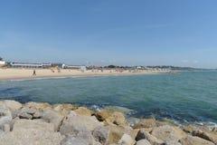 Playa de los bancos de arena con las chozas de la playa foto de archivo