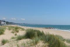 Playa de los bancos de arena con las dunas fotografía de archivo